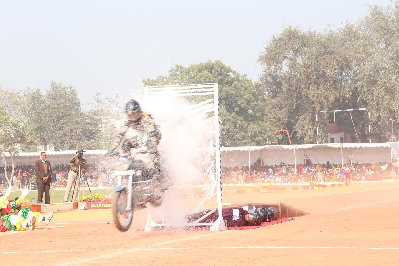 ssb-jawans-performing-various-acts-ssb-foundation-day-1