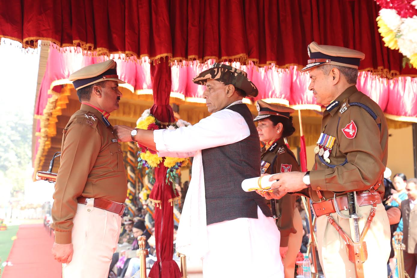 shri-rajnath-singh-giving-medals-to-ssb-jawans-1