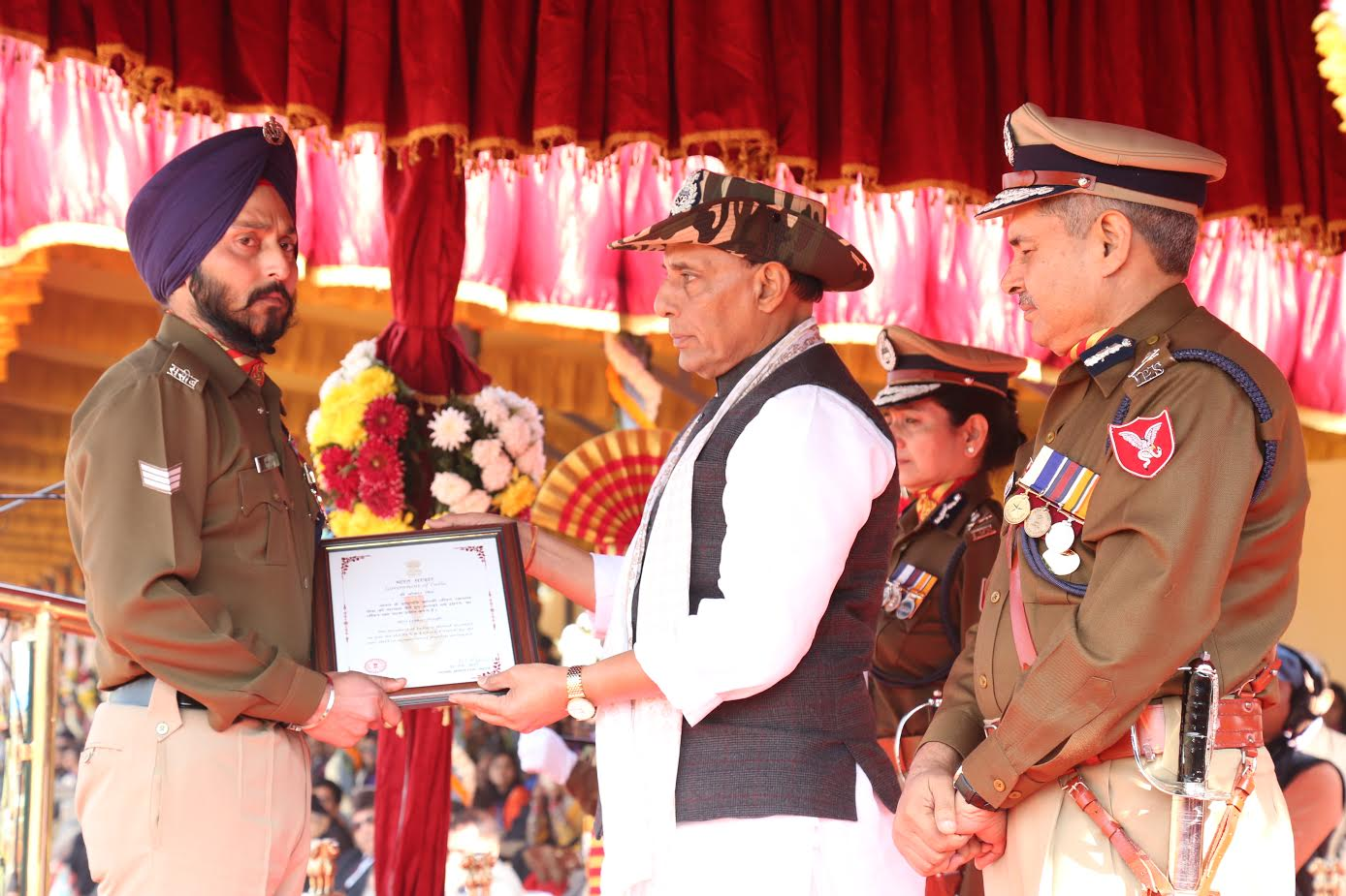 shri-rajnath-singh-giving-medals-to-ssb-jawans-2