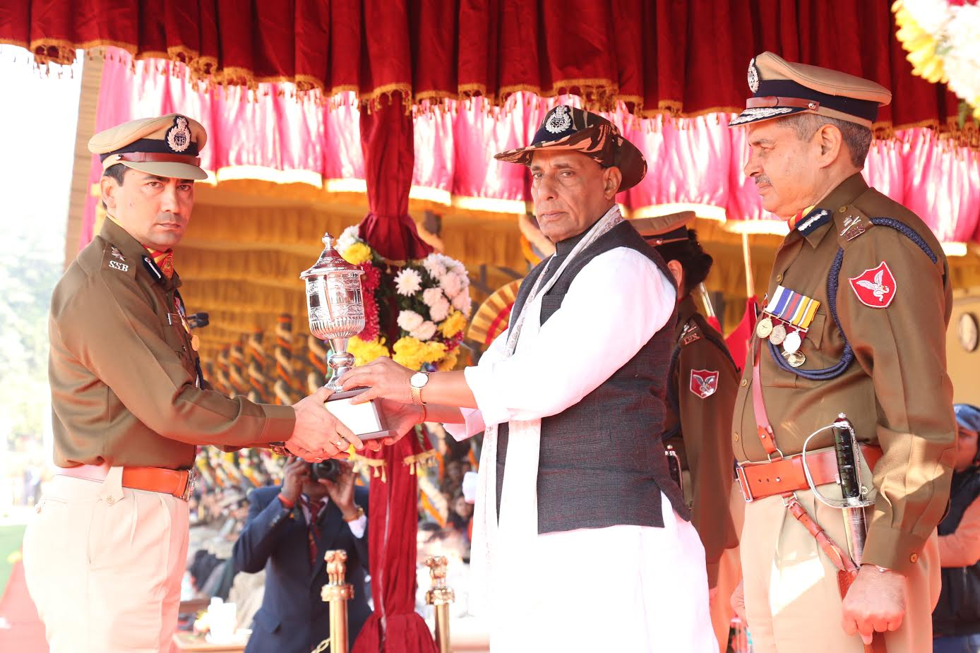 shri-rajnath-singh-giving-medals-to-ssb-jawans-3