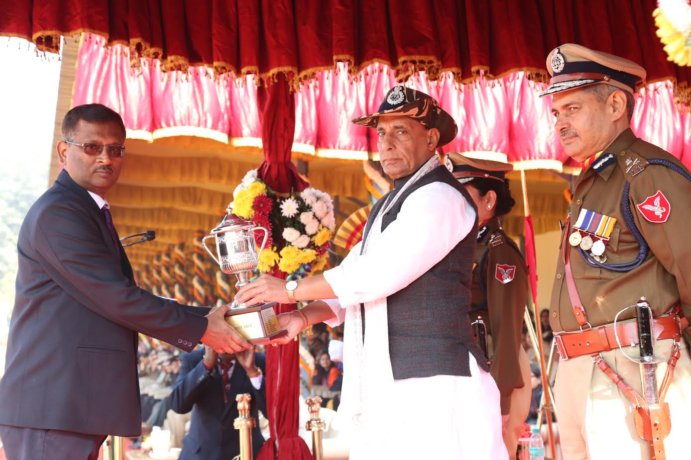 shri-rajnath-singh-giving-medals-to-ssb-jawans-4