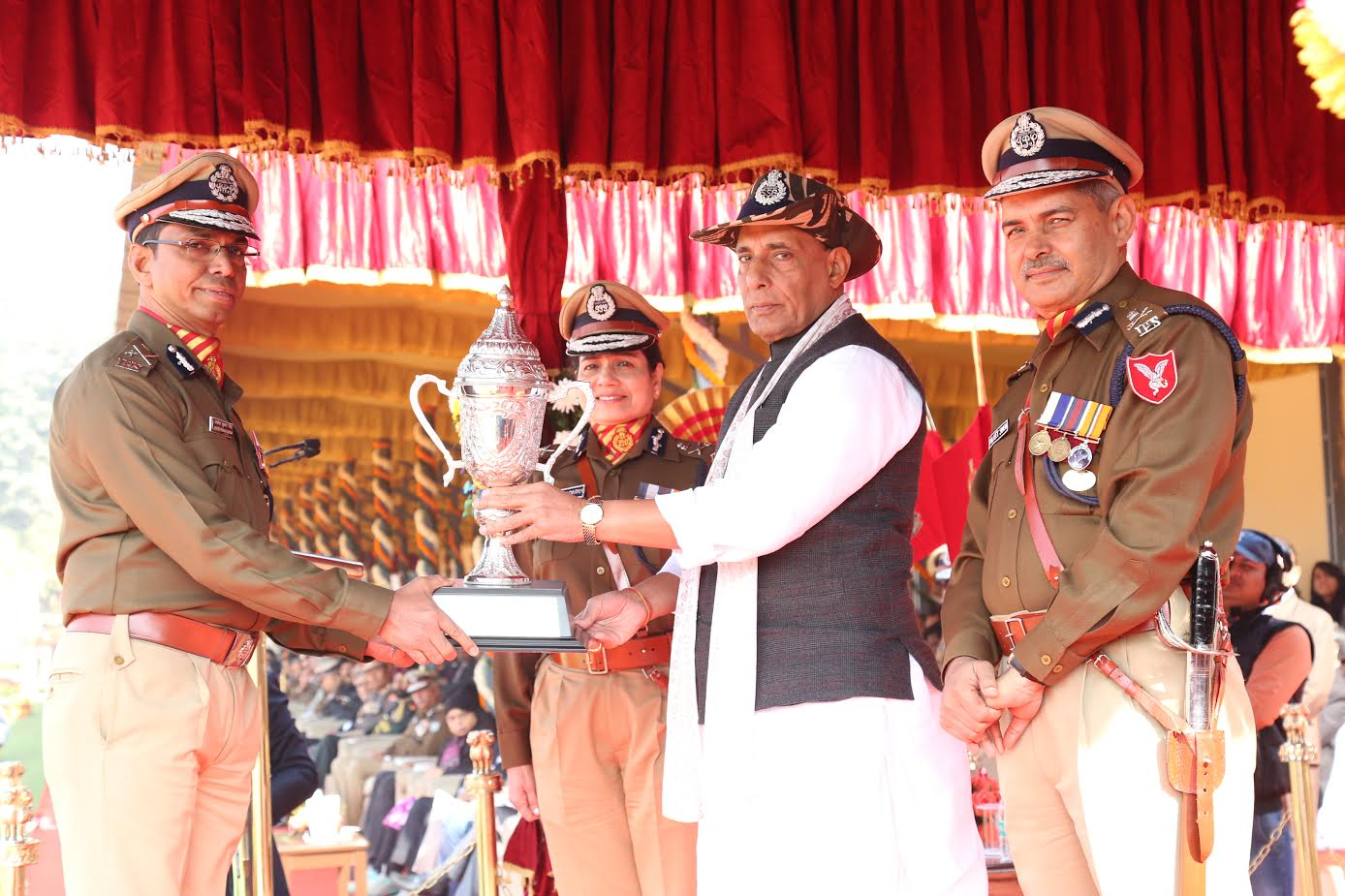 shri-rajnath-singh-giving-medals-to-ssb-jawans-5