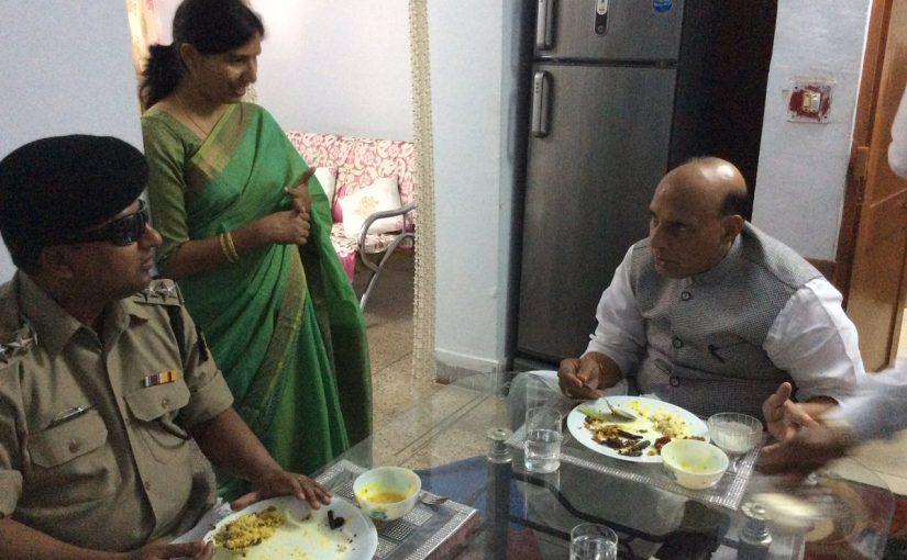 जांबाजः आंखों की रोशनी गंवा चुके अधिकारी के साथ राजनाथ ने किया भोजन || हिन्दुस्तान
