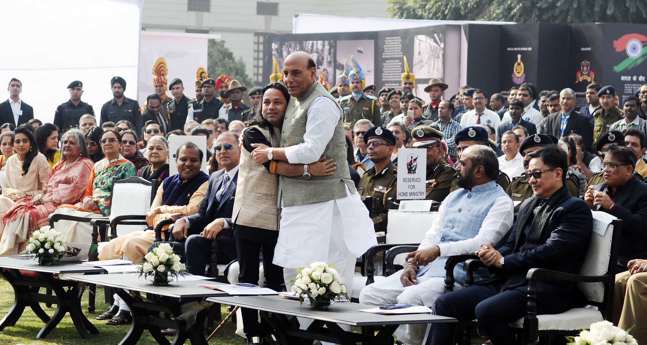 """The Union Home Minister, Shri Rajnath Singh greeting noted singer Kailash Kher, who has composed the theme song of """"Bharat ke Veer"""", at a function, in New Delhi on January 20, 2018."""