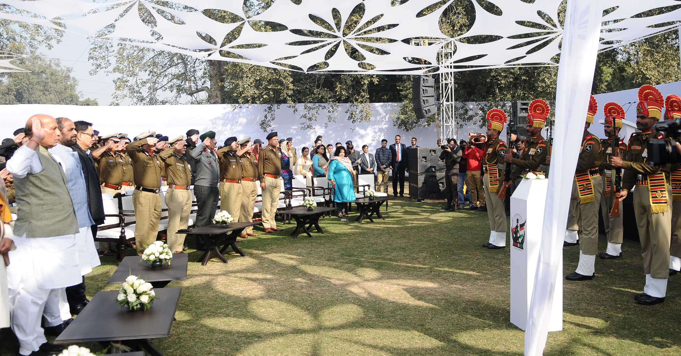 """The Union Home Minister, Shri Rajnath Singh paying tributes to the martyrs of Central Armed Police Forces (CAPFs), at a function to raise funds for the """"Bharat ke Veer"""" fund, in New Delhi on January 20, 2018.  The Ministers of State for Home Affairs, Shri Hansraj Gangaram Ahir and Shri Kiren Rijiju are also seen."""