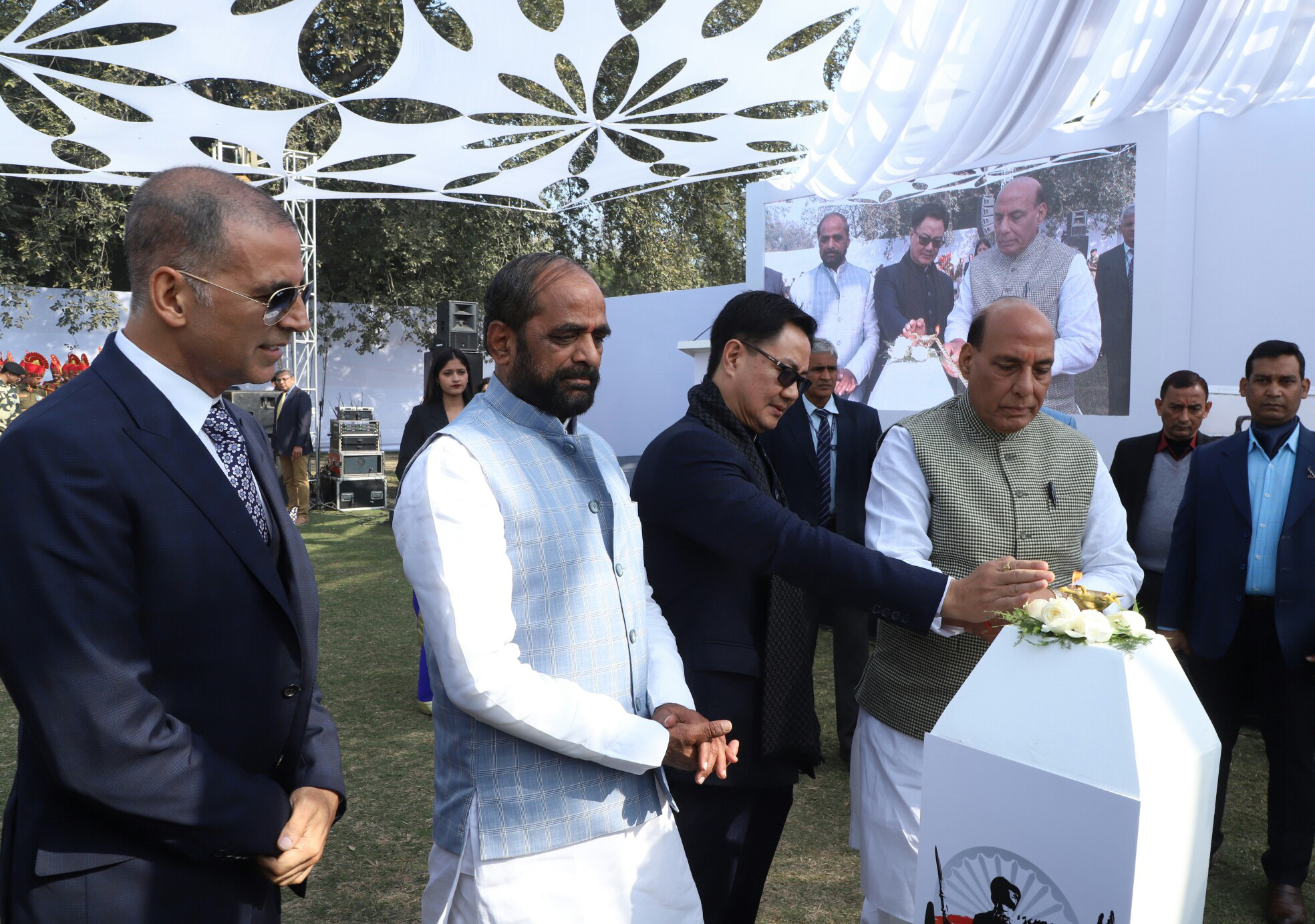 The Ministers of State for Home Affairs, Shri Hansraj Gangaram Ahir and Shri Kiren Rijiju and well-known film actor Akhsay Kumar are also seen.