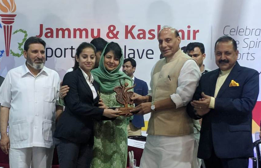 The Union Home Minister, Shri Rajnath Singh presenting the awards to the sportspersons, in Srinagar, Jammu & Kashmir on June 07, 2018. The Chief Minister of Jammu and Kashmir, Ms. Mehbooba Mufti and the Minister of State for Development of North Eastern Region (I/C), Prime Minister's Office, Personnel, Public Grievances & Pensions, Atomic Energy and Space, Dr. Jitendra Singh are also seen.
