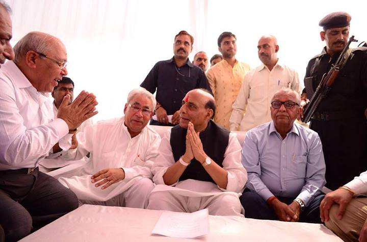 Meeting-with-delegates-at-residence-in-Lucknow-3