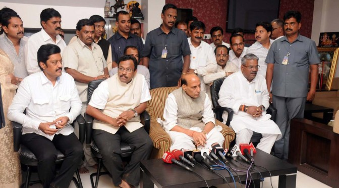 Shri Rajnath Singh briefing the media after visiting the landslide site in Maalin village at Pune, Maharashtra (31/07/14)