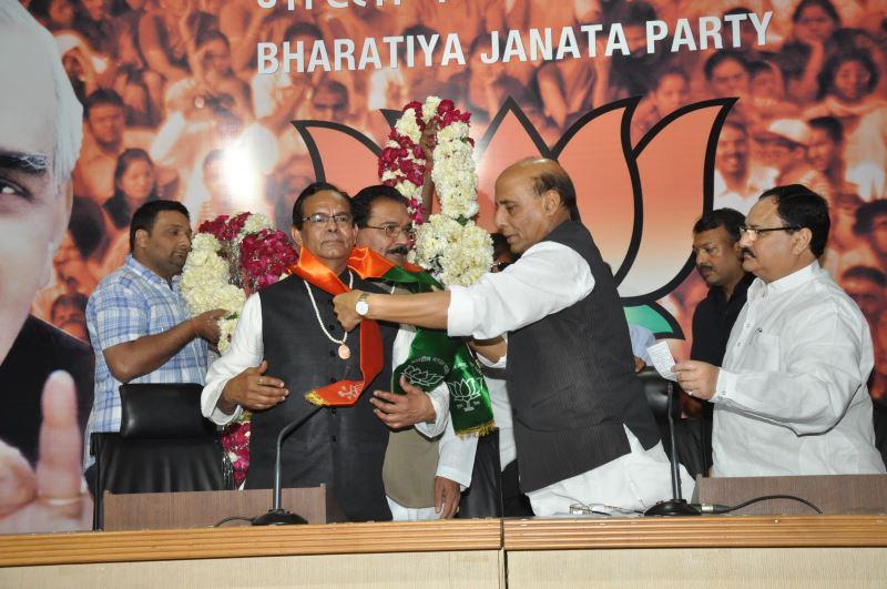 Shri-Krishnaveer-Singh-and-Dr.-V.P.-Neelratna-joining-BJP-2