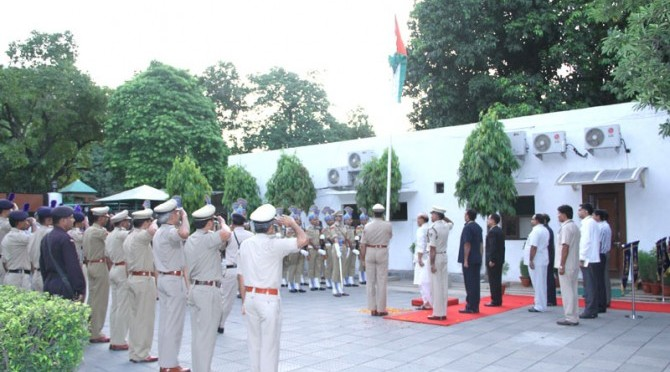 Shri Rajnath Singh hoisting the National Flag at his official residence (15/08/2014)