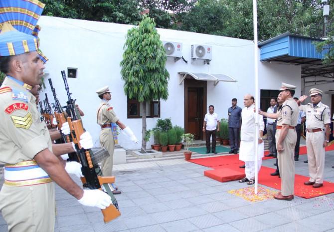 Shri Rajnath Singh hoisting the National Flag 2