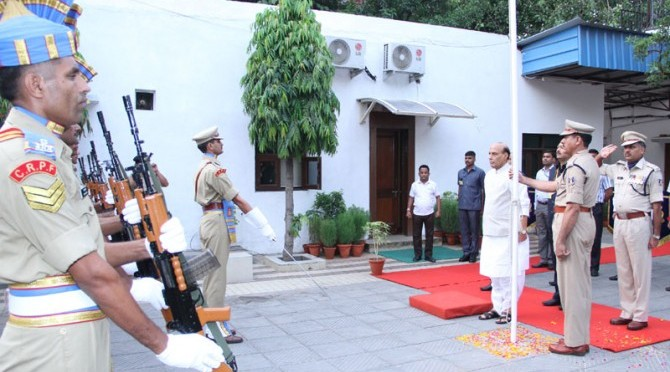 Shri Rajnath Singh receiving the Guard of Honour after hoisting the