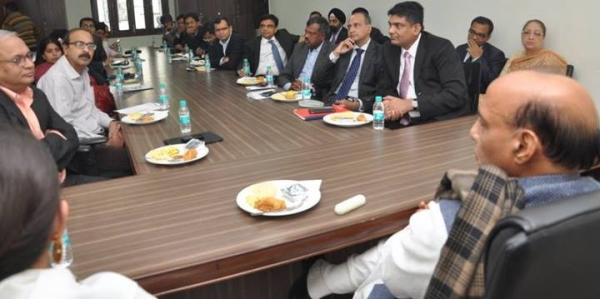 meeting-with-a-group-of-investors-and-economists