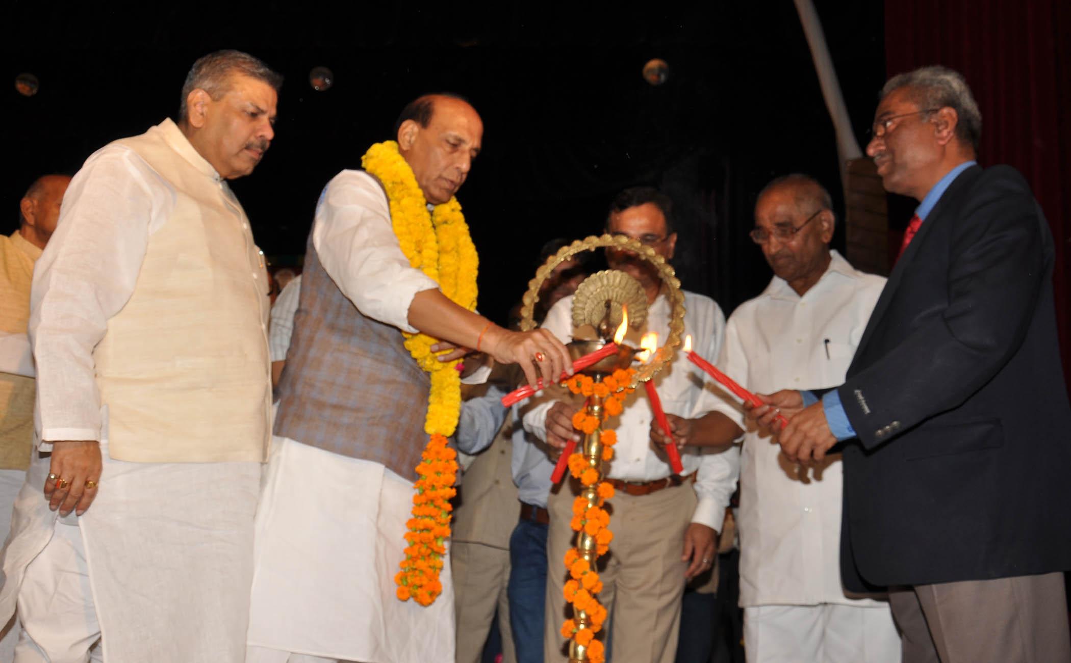 Lucknow me EPS Pensioners Felicitation Programme ka Udghtan karte hue Kendriya Grah Mantri Shri Rajanth Singh