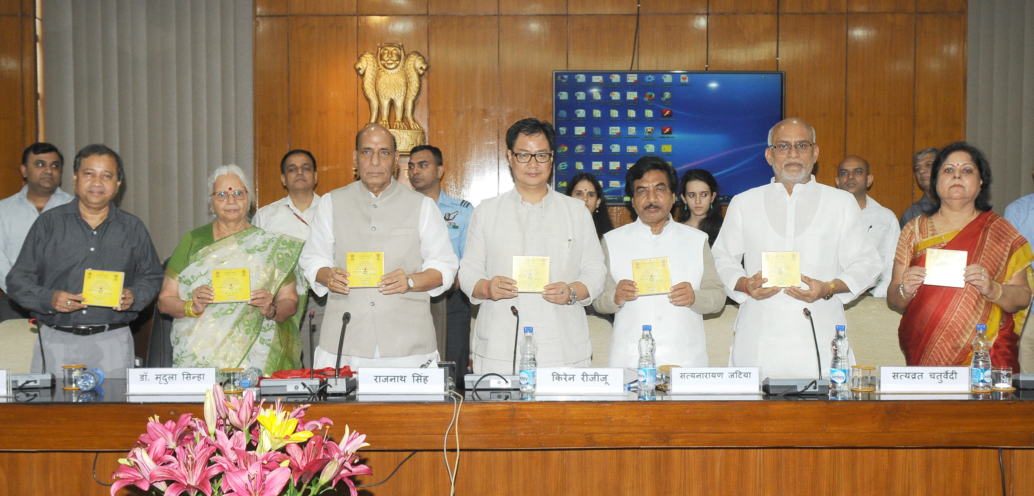 """The Union Home Minister, Shri Rajnath Singh launching a CD of Songs titled """"Hindi Bharat Maa ki Bindi"""" written by the Governor of Goa, Smt. Mridula Sinha, at a function, in New Delhi on August 28, 2015.  The Minister of State for Home Affairs, Shri Kiren Rijiju and other dignitaries are also seen."""