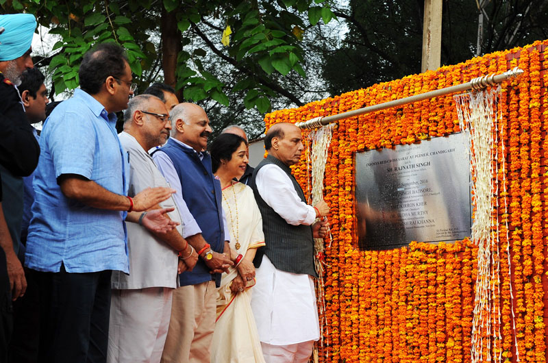 The Union Home Minister, Shri Rajnath Singh laying the foundation stone of Infosys Red-Cross Sarai at Postgraduate Institute of Medical Education and Research (PGIMER), in Chandigarh on September 09, 2016.