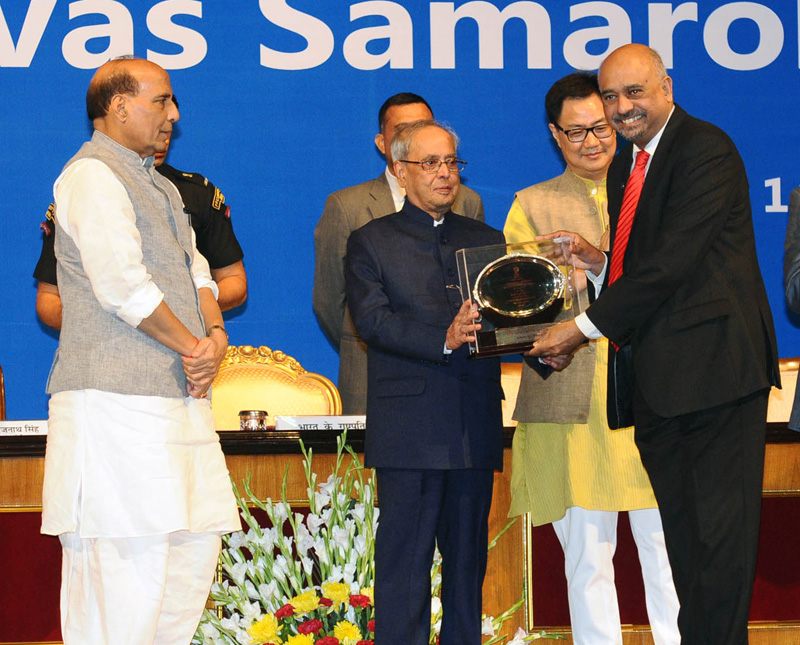 The President, Shri Pranab Mukherjee presented the Official Language awards, at the Hindi Divas Samaroh, in New Delhi on September 14, 2016.  The Union Home Minister, Shri Rajnath Singh and the Minister of State for Home Affairs, Shri Kiren Rijiju are also seen.