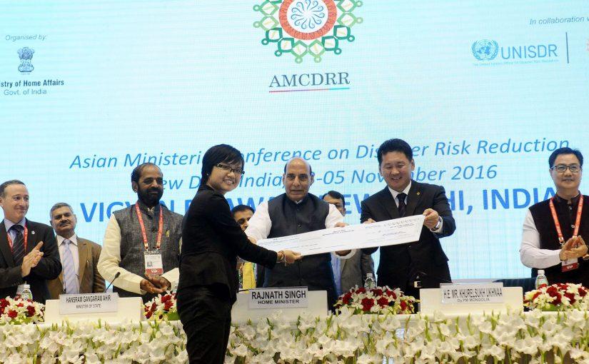 Shri Rajnath Singh felicitates winners at AMCDRR Film Awards ceremony