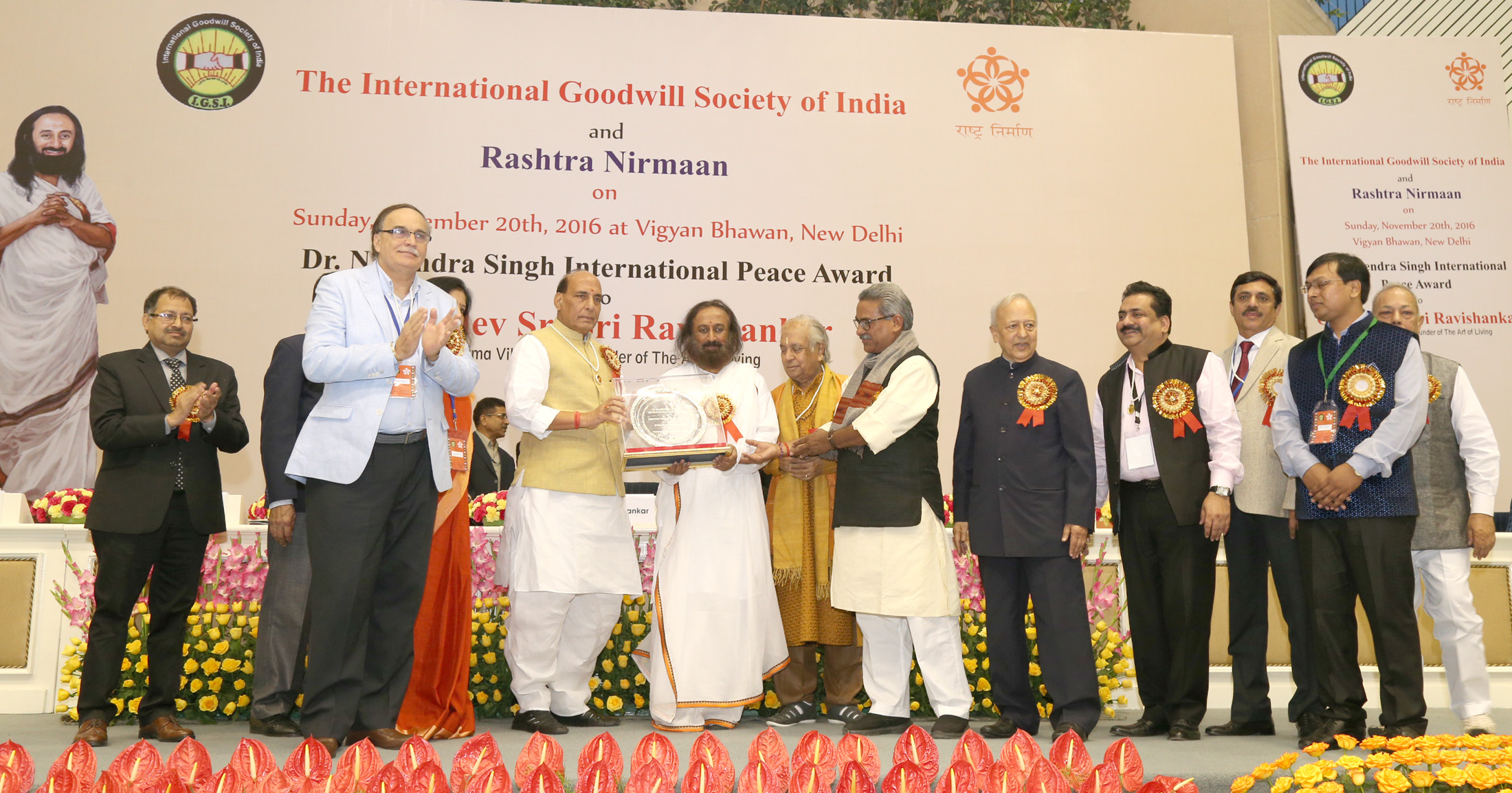 The Union Home Minister, Shri Rajnath Singh presenting the Dr. Nagendra Singh International Peace Award to Gurudev Sri Sri Ravi Shankar, in New Delhi on November 19, 2016.