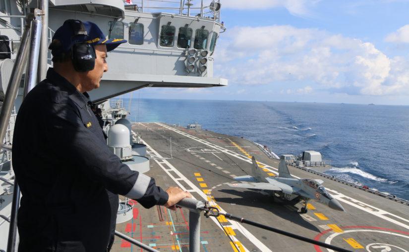 रक्षा मंत्री श्री राजनाथ सिंह आईएनएस विक्रमादित्य पर 'डे एट सी' के दौरान पश्चिमी जहाजी बेड़े के शौर्य और मारक क्षमता के साक्षी बने
