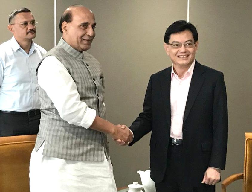 रक्षा मंत्री श्री राजनाथ सिंह ने सिंगापुर के उप-प्रधानमंत्री श्री हेंग स्वी किट से मुलाकात की