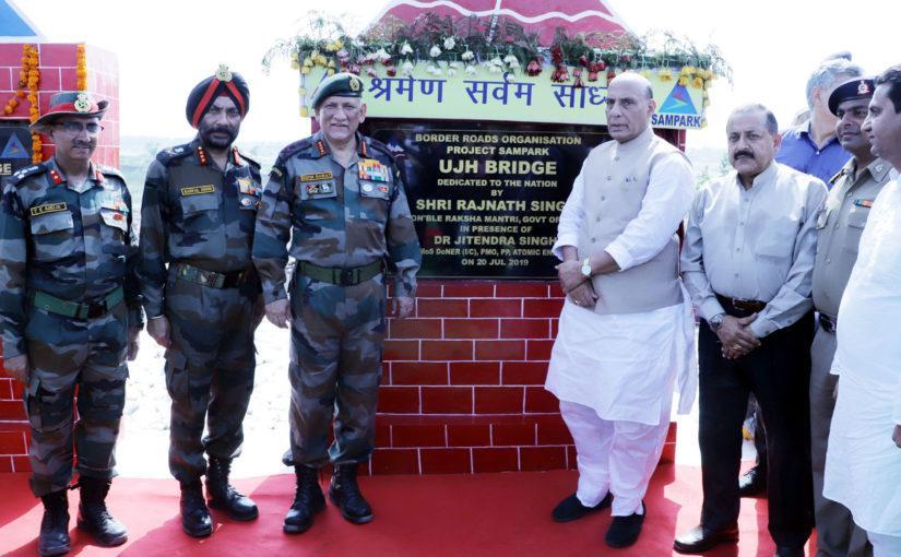 रक्षा मंत्री ने जम्मू कश्मीर में ऊझ और बसंतर पुलों का उद्घाटन किया