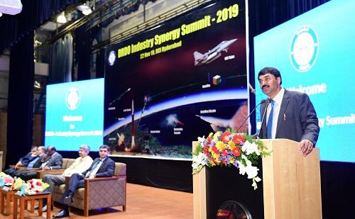 रक्षामंत्री श्री राजनाथ सिंह ने आत्म-निर्भरता प्राप्त करने के लिए डीआरडीओ और उद्योग के बीच और अधिक तालमेल करने को कहा