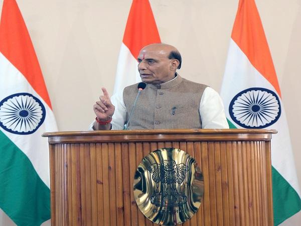 रक्षा मंत्री श्री राजनाथ सिंह ने आतंकवाद को राज्य की नीति के रूप में अपनाने वाले देशों को अलग-थलग करने का आह्वान किया