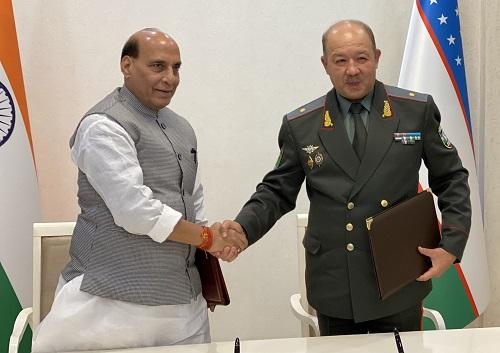 रक्षा मंत्री श्री राजनाथ सिंह ने ताशकंद में उज्बेकिस्तान के रक्षा मंत्री मेजर जनरल बखोदिर निज़ामोविच कुर्बानोव से बातचीत की