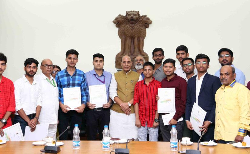 रक्षा मंत्री श्री राजनाथ सिंह ने कारगिल युद्ध से संबंधित ऑनलाइन प्रश्नोत्तरी प्रतिस्पर्धा के विजेताओं को पुरस्कार एवं प्रमाणपत्र प्रदान किए