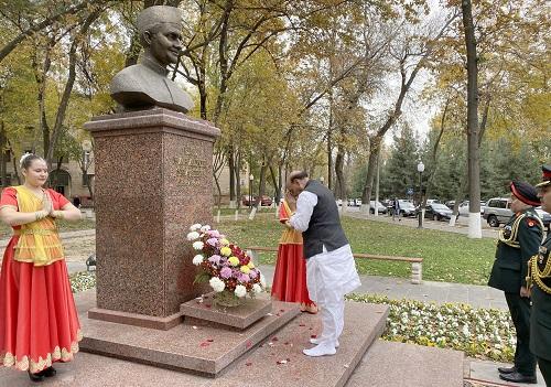 रक्षा मंत्री श्री राजनाथ सिंह ने ताशकंद में पूर्व प्रधानमंत्री लाल बहादुर शास्त्री को श्रद्धांजलि अर्पित की