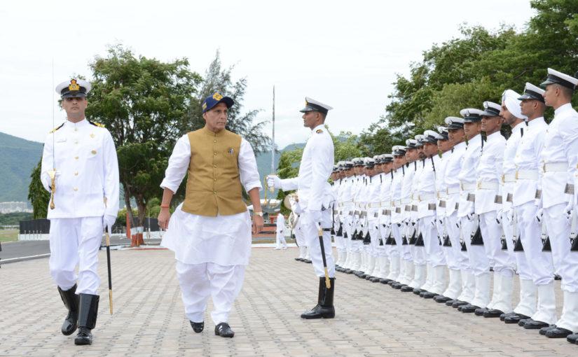 रक्षा मंत्री ने चक्रवाती तूफान वायु के संबंध में भारतीय नौसेना की तैयारियों की समीक्षा की