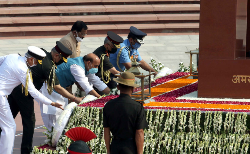 Raksha Mantri Shri Rajnath Singh pays homage to fallen heroes at National War Memorial on 21st anniversary of Kargil Vijay Diwas